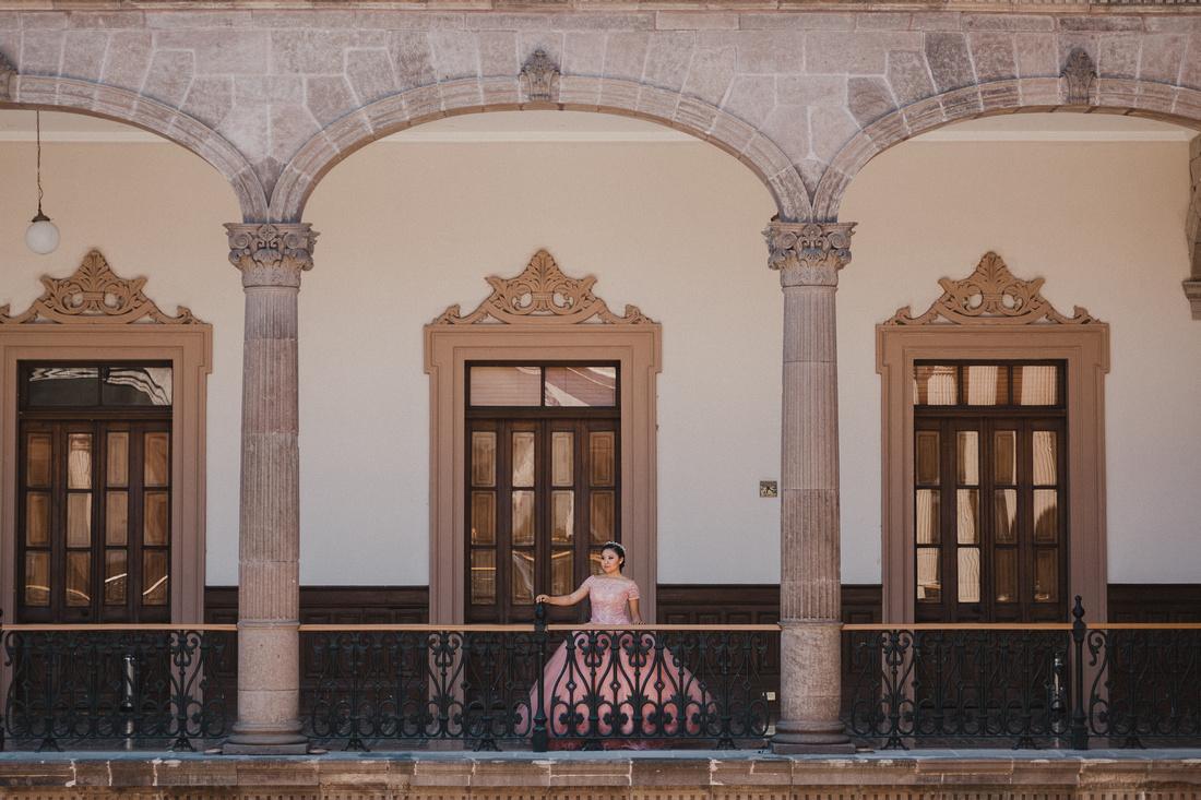 Sesión Formal XV - Ximena Mtz por Angel García Fotografía, Locación Palacio de Gobierno del Estado de Nuevo León. Maquillaje y Peinado por Ely Gomez - de Ely Gomez Salon
