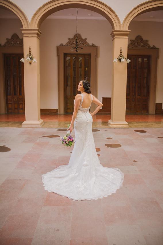 Mayra y Carlos radiantes el día de su boda. Gracias por permitirnos guardar por siempre en fotografías estos momentos tan especiales en su vida. #JustLove #WeddingDay #SesiónFormal  Locación. Palacio de Gobierno del Estado de Nuevo León